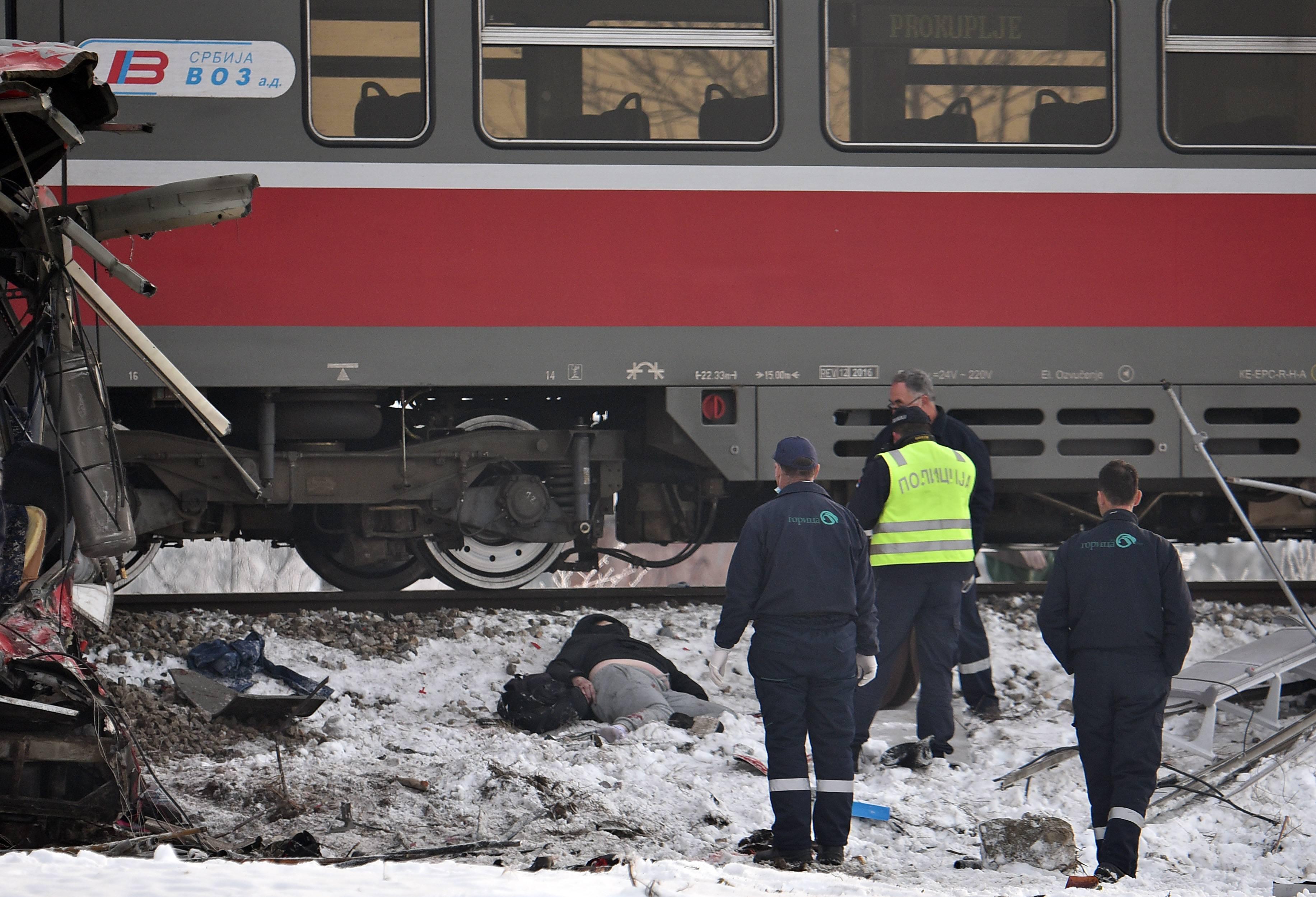 Nis, 21.12.2018. -  U sudaru putnickog autobusa i voza jutros kod Nisa poginule su tri osobe, dok je 22 povredjenih prebaceno u niski Klinicko-bolnicki centar, saopstio je danas MUP. Sudar se dogodio oko 7.30 casova na pruznom prelazu u Donjem Medjurovu, a na mestu nesrece su pripadnici saobracajne policije i vatrogasno-spasilacke ekipe. (BETAPHOTO/SASA DJORDJEVIC/DS)