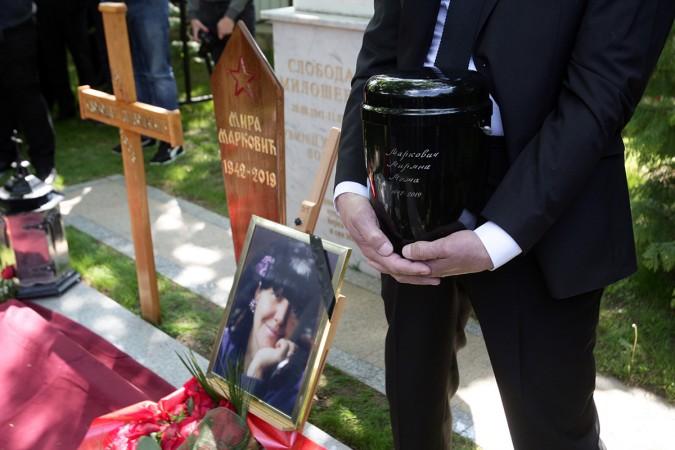 Pozarevac, 20. aprila 2019. - Urna sa posmrtnim ostacima Mirjane Markovic polozena je danas u zajednicku grobnicu pored supruga Slobodana Milosevica, nekadasnjeg predsednika Srbije i SR Jugoslavije, u dvoristu porodicne kuce u Pozarevcu. Polaganju urne uz pesmu Podmoskovske veceri, ispod lipe gde pociva i njen suprug, a gde je prethodno svestenstvo Eparhije branicevske odrzalo opelo, nije prisustvovao niko od clanova uze porodice - sin Marko, cerka Marija, unuk Marko...FOTO TANJUG/ SAVA RADOVANOVIC/ bk