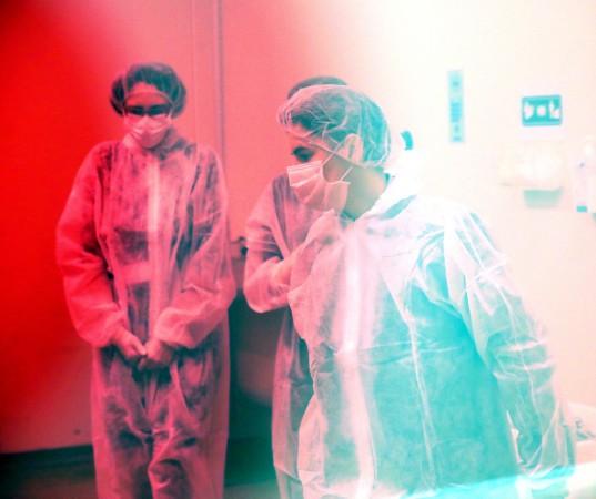 """Beograd, 21. aprila 2020.- Premijerka Srbije Ana Brnabic obsšla je danas farmaceutsku kompaniju """"Galenika"""", koja je proizvela prvih 372.000 tableta hlorokina koji se koristi u lecenju Kovida 19, i porucila da Srbija sada, osim respiratora, moze da proizvede sve sto je potrebno u borbi protiv virusa korona.FOTO TANJUG/ VLADA REPUBLIKE SRBIJE/ SLOBODAN MILJEVIC/ nr"""